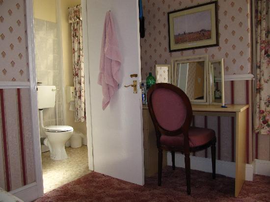 Gascony Hotel : Zimmer Nr. 1 - Schreibtisch und Bad/Dusche/WC