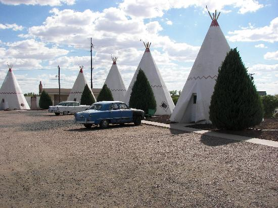 Wigwam Motel: A view of some of the wigwams