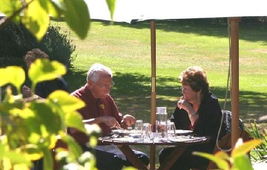 Lake Roxburgh Lodge & Restaurant: Dine al fresco in beautiful gardens