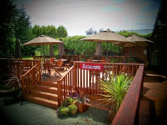 Lake Roxburgh Lodge & Restaurant: Wonderful setting for dinner or breakfast ~ or both!