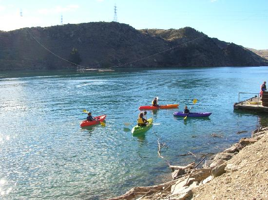 Lake Roxburgh Lodge & Restaurant: Kayaks for hire at Lake Roxburgh Lodge