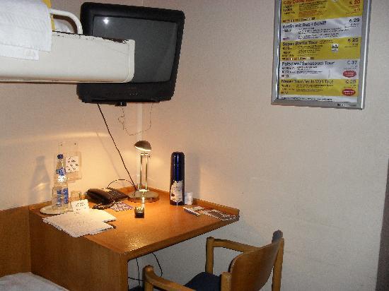 ECONTEL HOTEL Berlin Charlottenburg: Schreibtisch und Fernseher