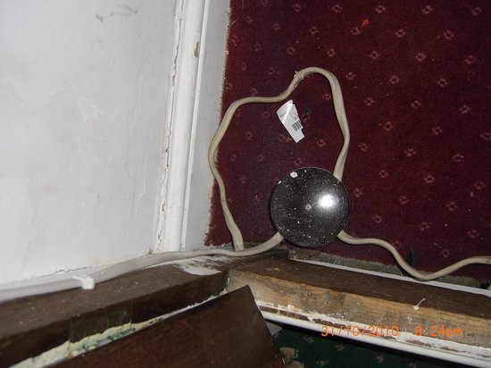 Sherborne Hotel Weymouth: Electric connections stored under spare blankets in wardrobe cupboard