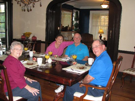 Robinwood Bed and Breakfast: Breakfast time