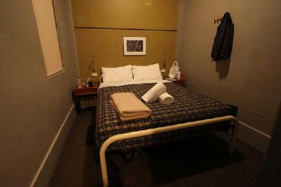 Melbourne Central YHA: Double bedroom.