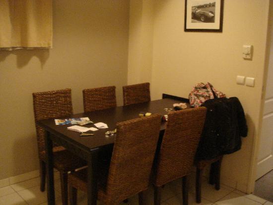 Adagio City Aparthotel Monte Cristo : La table à manger