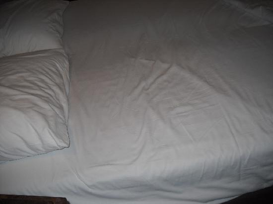 Rooms & Co B&B: Disgusting used bed