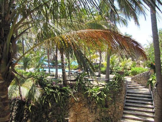 Bahari Beach Hotel : Blick vom Balkon auf den Pool