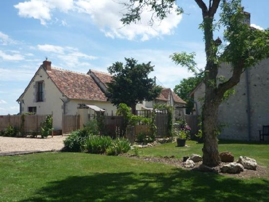 Les Limornieres: Sunny spacious flower filled gardens
