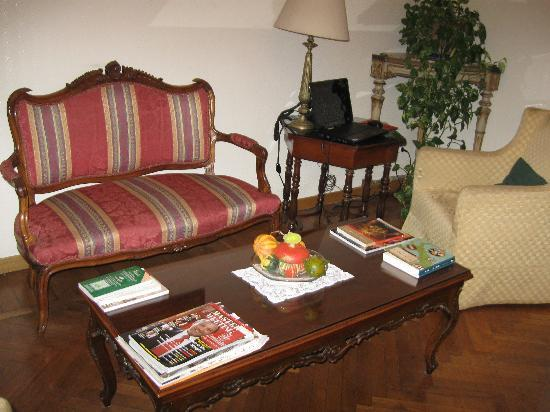 Hotel Suisse: Common area sitting room