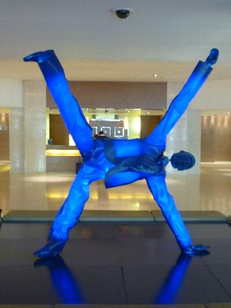 InterContinental Athenaeum: illuminated sculpture in reception