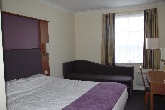 ‪‪Premier Inn Livingston (Bathgate) Hotel‬: Room‬