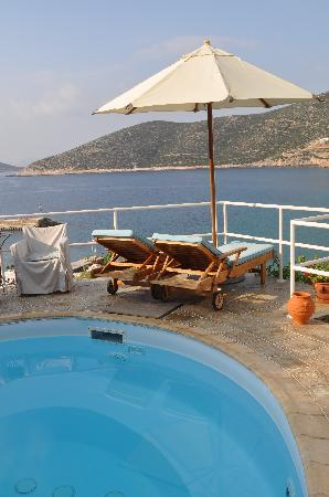 Niriedes Hotel: The pool overlooking Platis Yialos bay.