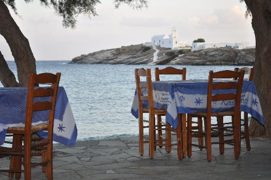 Platis Yialos, Grecia: Lebesis taverna looking out to Pangia Chrisopigi.