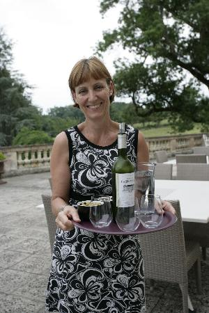 Pessac-sur-Dordogne, France: Jacquie serving dinner on the terrace