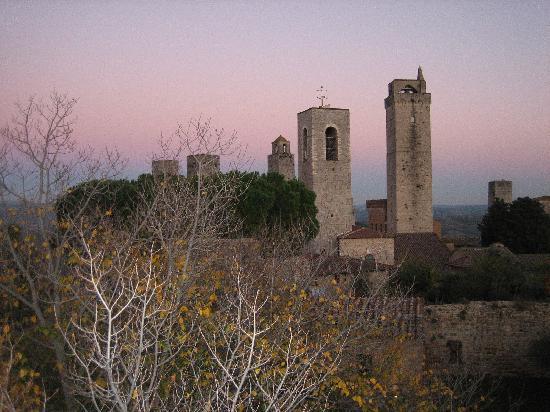 Il Colombaio di Santa Chiara: tramonto a san gimignano