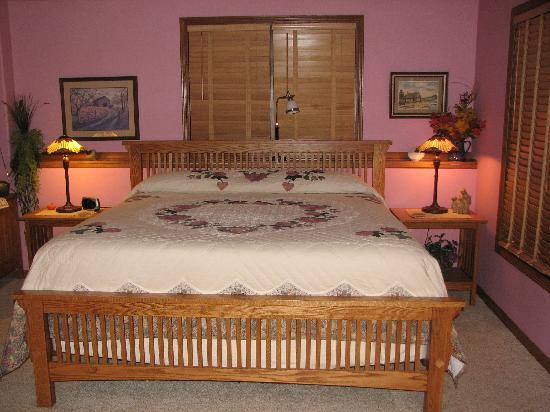 Soldiers Grove, WI: Bed and quilt made by the Amish