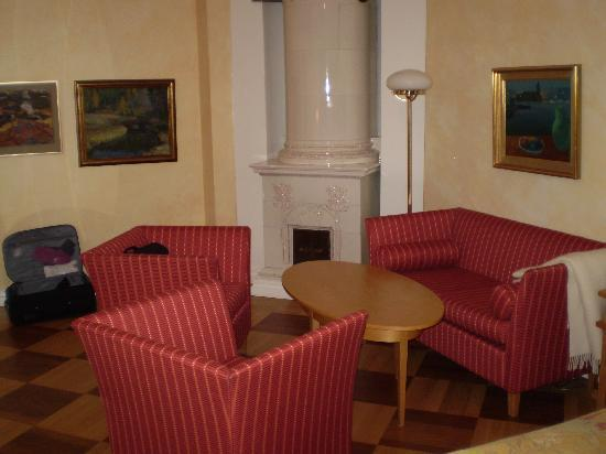 Solo Sokos Hotel Torni: seats and decorative fireplace