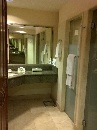 Grand Fiesta Americana Guadalajara Country Club: Very spacious bathroom