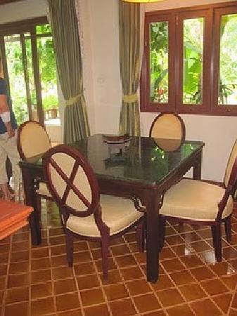 Bhumlapa Garden Resort : Matsalsbord och stolar