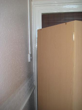 Earlsway Hotel: 2nd view of door lightswitch un-reachable