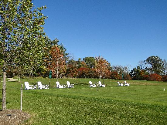 Glenmere Mansion: beautiful lawn on the side of the house