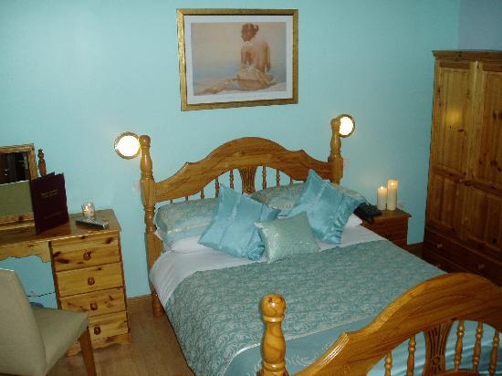 Brooke-Lodge Guesthouse: Bedroom with Large Shower ensuite