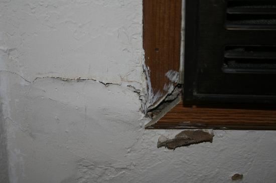 Abilene, KS: Crack in the wall by air conditioner