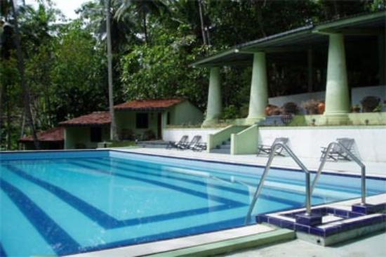 Hotel Tulip of Ceylon: Pool with Restaurant