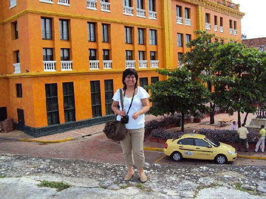 Charleston Cartagena Hotel Santa Teresa : mi esposa y una vista panoramica del hotel