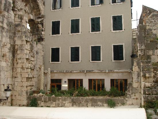 Hotel Peristil: Hotel just inside the Silver Gate Entrance
