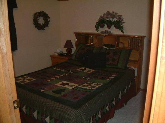 Rocky Ridge Country Lodge: queen bed