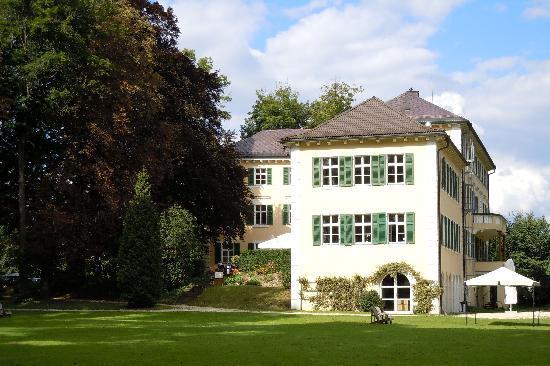 Hotel Schloss Burgellern: Blick auf das Schloß mit Park