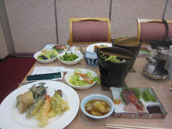 Hotel Familio Sado Aikawa: バイキング式夕食(刺身と鍋はひとり一式)