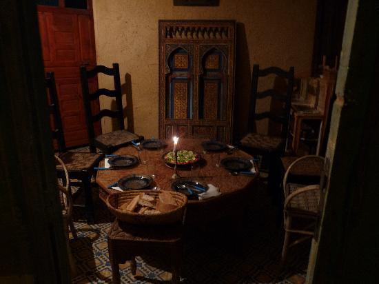 Gite Nerrahte: dinner table waiting for us