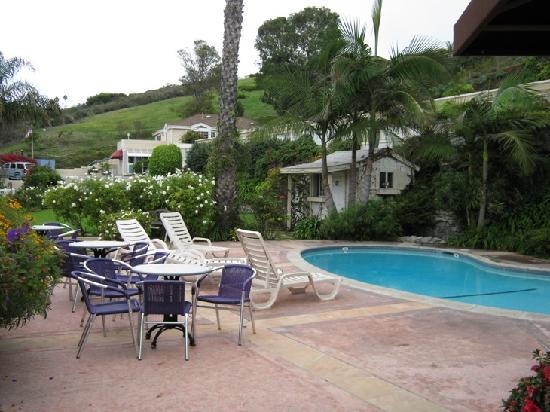 Malibu Country Inn: pool and garden behind
