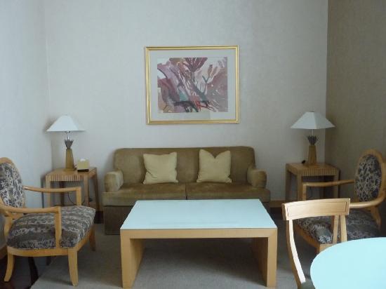 Junhua Haiyi Hotel: Comfy 2 seater sofa and 2 armchairs.