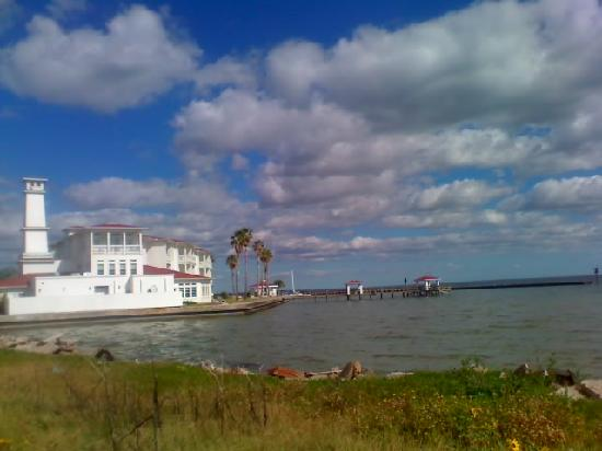 Rockport, TX: side view of hotel and pier