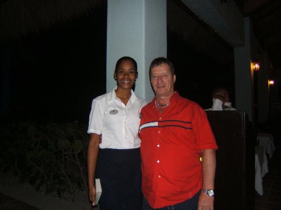 Caribe Club Princess Beach Resort & Spa: Yvon et l'hotesse a l'entree du buffet