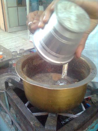 Hotel Siddhartha Palace : Making chai - street hawker, outside the hotel.