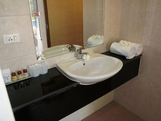 Phuket Sea Resort: Maalai Resort bathroom