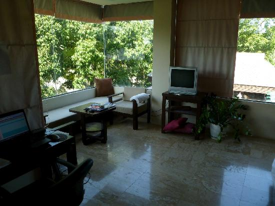 Baan Kao Hua Jook Villas & Apartments: Sitting corner with TV, and desk