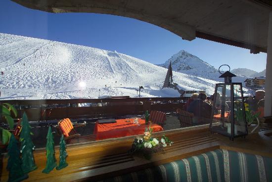 AlpenHotel Seiler: Blick vom Restaurant auf Terrasse und Wiesberghang