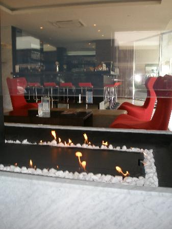 Rendezvous Hotel Christchurch: Hotel Foyer with Fireplace & Bar