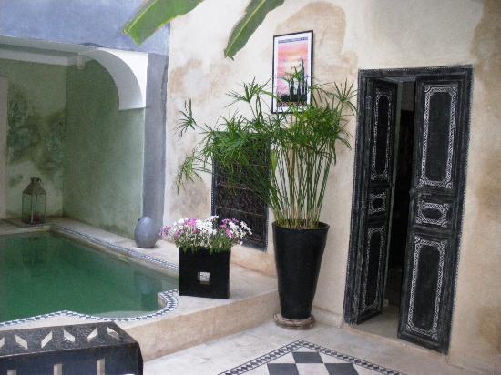 Riad Alamir: Piscina y puerta de habitación