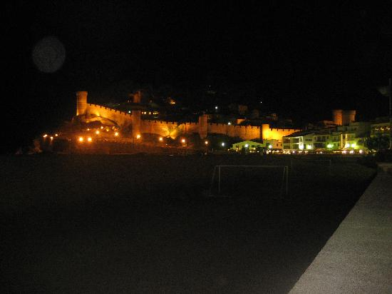 Tossa Beach Hotel : castle view at night
