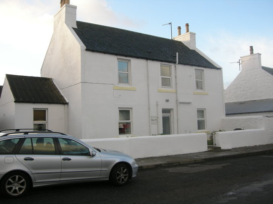 Bowmore, UK: Front of the hotel. All rooms on 1st floor