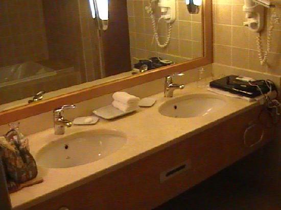 InterContinental Aqaba Resort: Large Bathroom