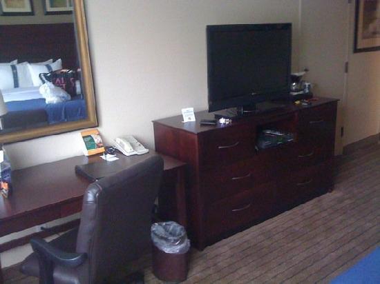 Holiday Inn Bridgeport : The desk and tv