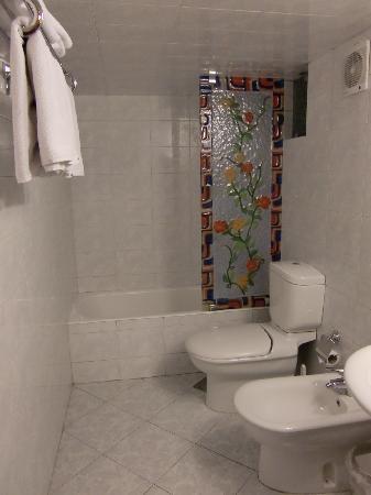 Al-Madinah / City Hotel: amplio cuarto de baño